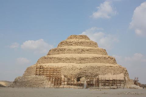 Des chercheurs découvrent des centaines de momies enterrées autour de la plus ancienne pyramide d'Égypte