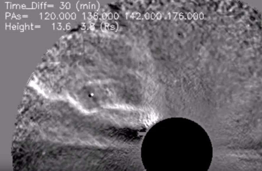DU JAMAIS VU : Un «éclair géant» frappe notre Soleil !!! Un objet inconnu détecté près du Soleil par caméra thermique !