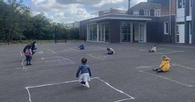 France : Les enfants sont obligés de jouer à l'écart les uns des autres dans des zones isolées marquées à la craie !
